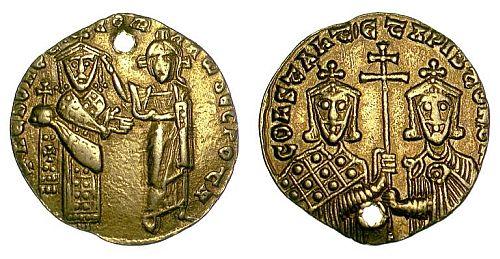 Gold nomisma of Romanos I Lekapenos (920-944) with Constantine VII Porphyrogennetos, showing Christ blessing Romanos.